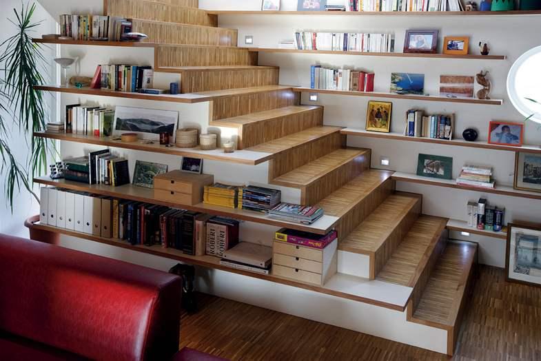 Пример гостиной с лестницей на 2 этаж