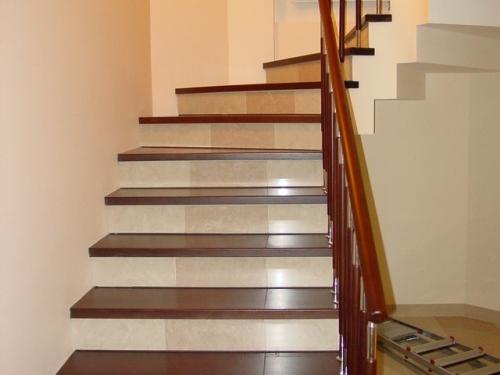 Облицовка металлической лестницы натуральныйм массивом.