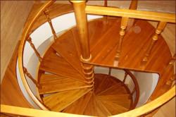 Покраска лестницы в доме
