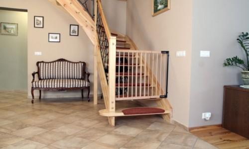 Пример ограждения для детей на лестнице