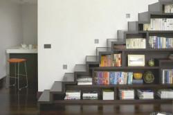Книжный шкаф в основании лестницы