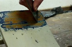 Зачистка поверхности шпателем.